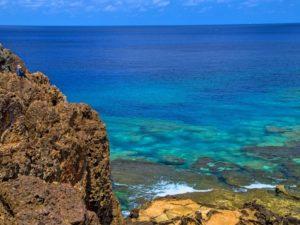 宝島の岩場と透き通る海