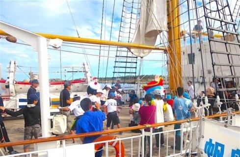 みんなで船の帆を上げる