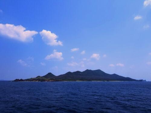 外洋から臨む宝島