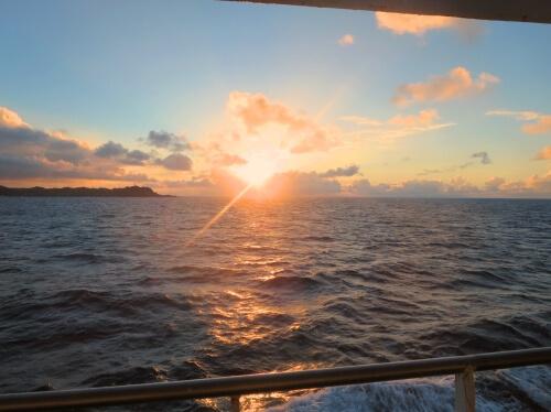 フェリーと島からの日の出