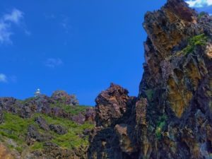 宝島の灯台付近の岩壁