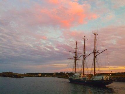 宝島を出港する帆船ドラりん丸