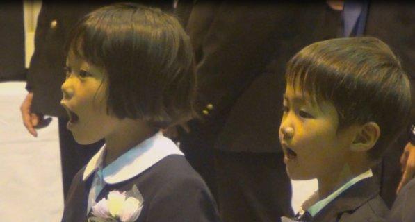 入学式で校歌を歌う新入生